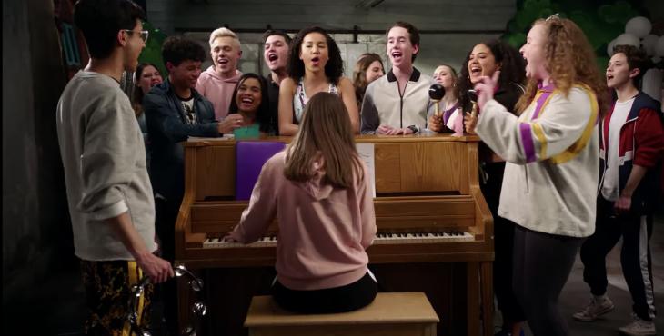 Elenco de High School Musical, la serie reunido frente a un piano