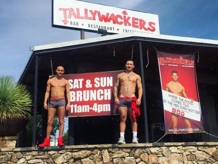 Meseros afuera de un restaurante llamado Tallywackers