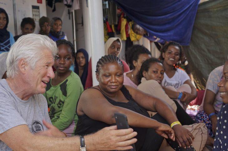 """Richard Gere a bordo del """"Open Arms"""" convive con los rescatados"""