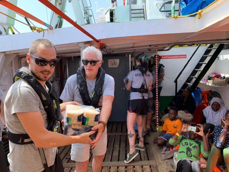"""Richard Gere entrega víveres a la tripulación del """"Open Arms"""""""