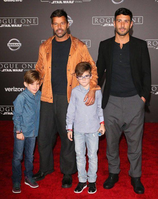 Ricky Martin con sus hijos y su entonces prometido durante una alfombra roja en su primera foto juntos