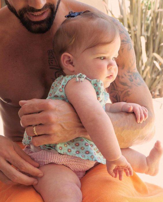 Foto con la que Ricky Martin presentó a su hija Lucía en Instagram