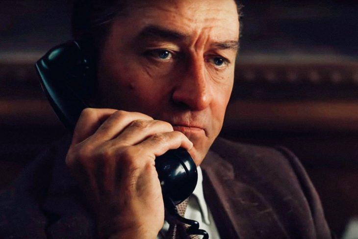 Robert De Niro hablando por teléfono en película The Irishman