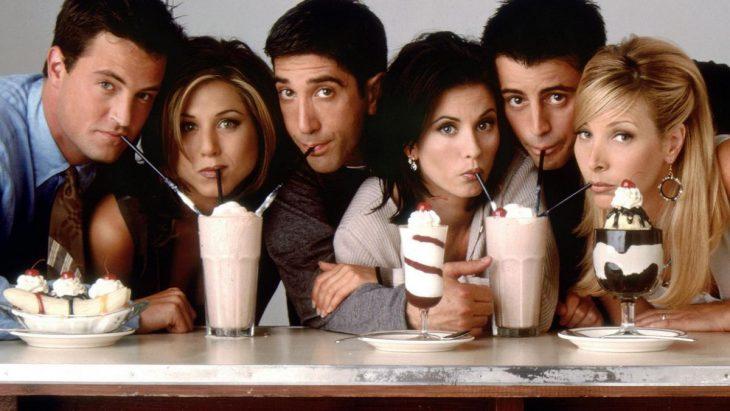 Escena de la serie Friends. Amigos tomando malteadas