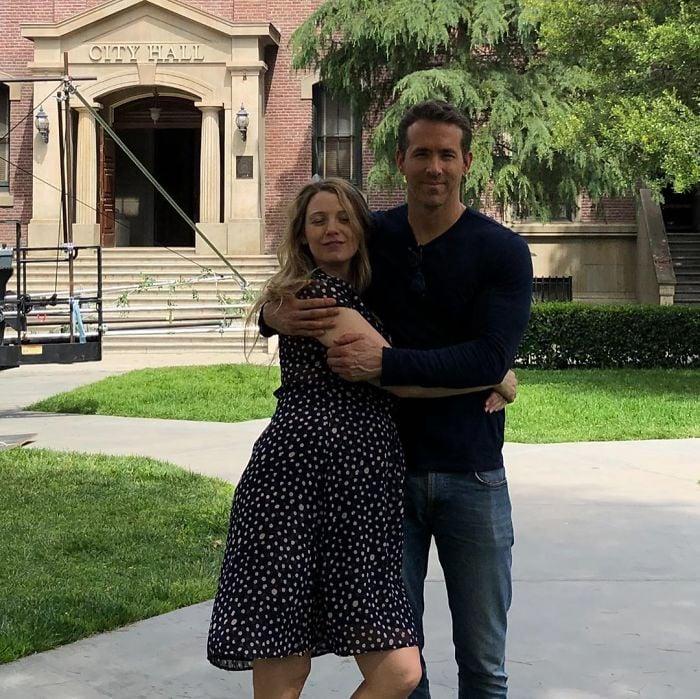 Ryan Reynolds y Blake Lively abrazados mientras están frente a una biblioteca