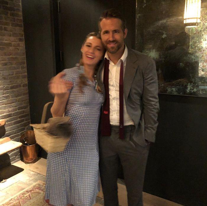 Ryan Reynolds y Blake Lively abrazados mientras ella está vestida de Dorothy
