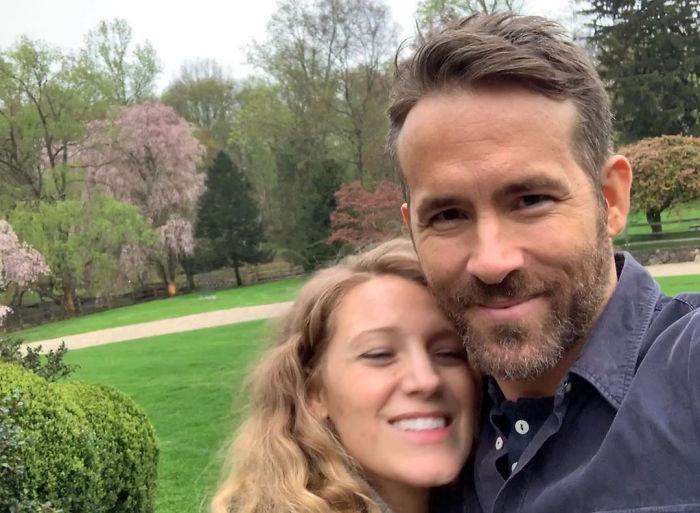 Ryan Reynolds y Blake Lively abrazados mientras están en un jardín