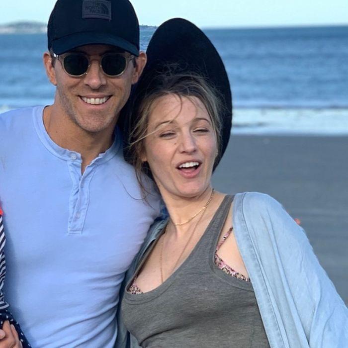 ryan reynolds y blake lively en la playa sonriendo y divertidos