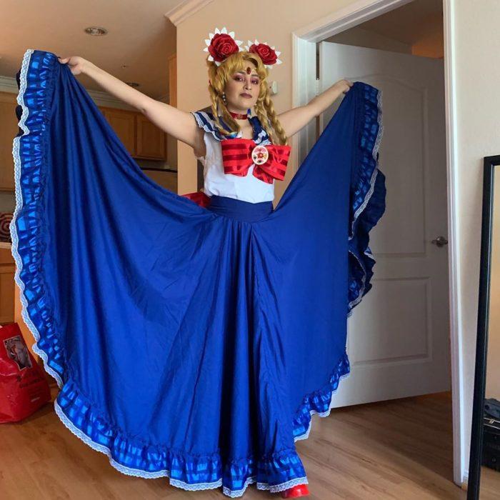 Destiny Mendoza, cosplay de Sailor Moon mexicana con falda folklórica