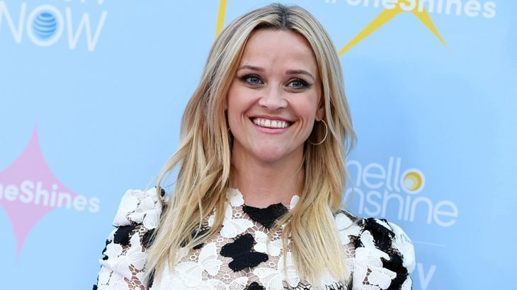 Reese Whiterspoon con un vestido blanco y negro de mariposas