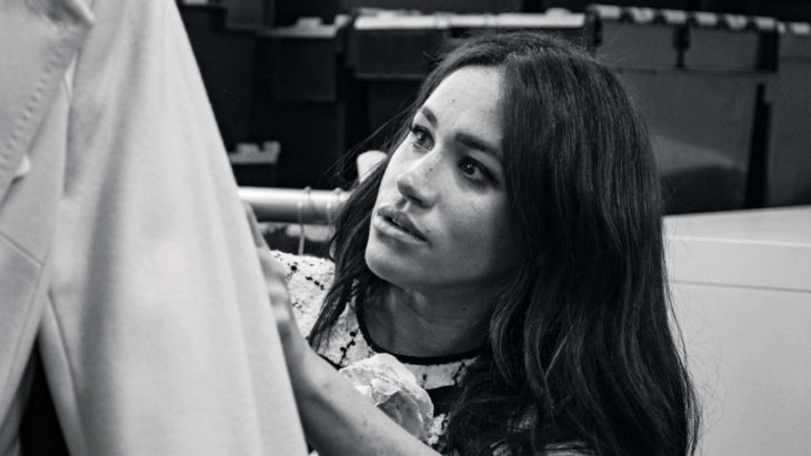 Meghan Markle revistando un saco, foto en blanco y negro
