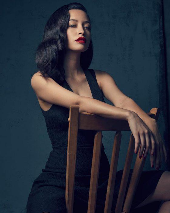 Christian Serratos actriz que interpretará a Selena en la serie de Netfix. Sentada en una silla posando en una sesión de fotos