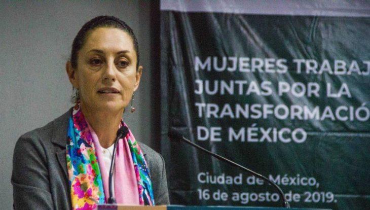 Claudia Sheinbaum hablando frente a un micrófono en un evento