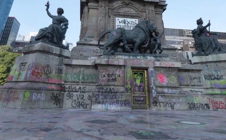 Pintas en el Ángel de la Independencia después de la marcha feminista