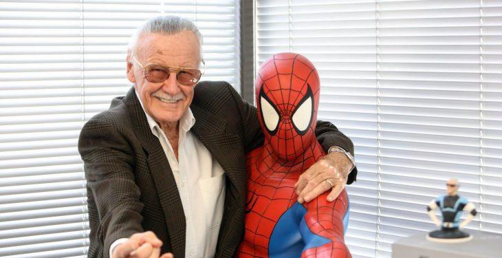Stan Lee posa con una figura tamaño real de Spider-Man en su oficina