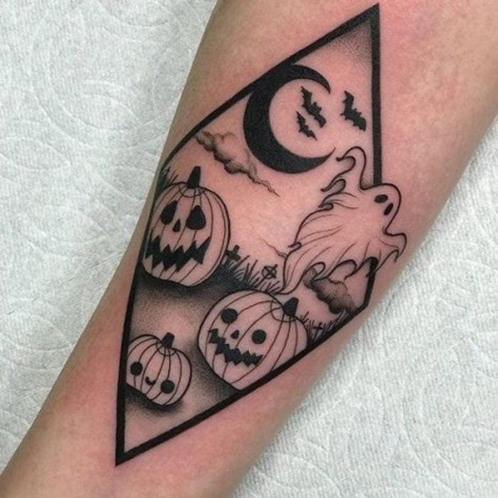 Tatuaje de halloween, fantasma y murciélagos en plantío de calabazas