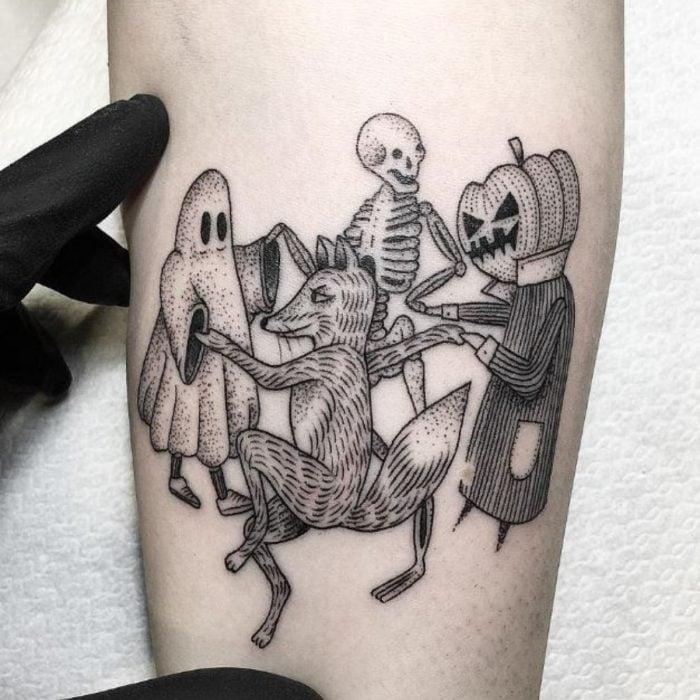 Tatuaje de halloween, esqueleto, niño disfrazado de fantasma, espantapájaros de calabaza y un zorro en estilo minimalista