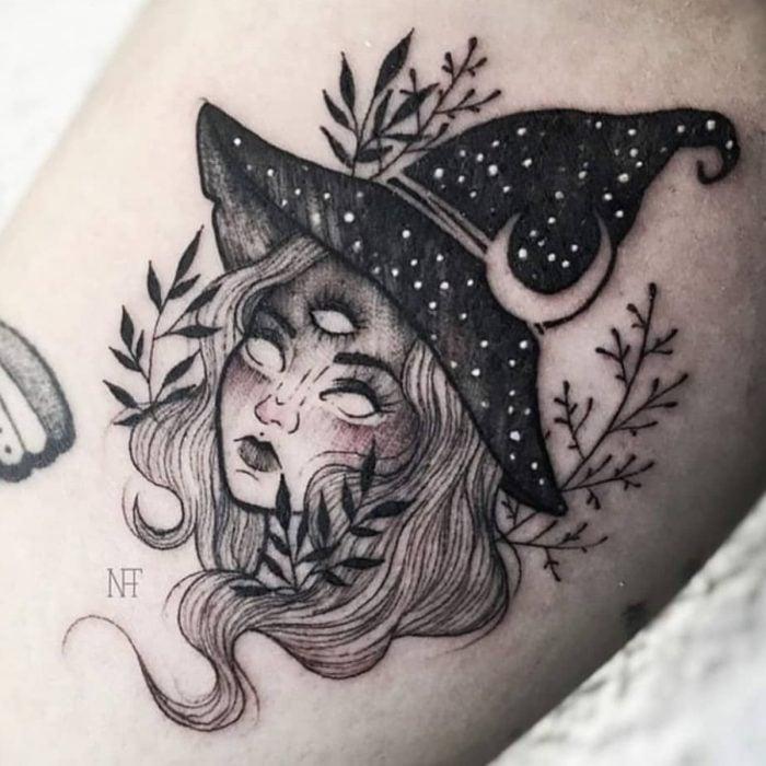 Tatuaje de halloween, bruja con sombrero y tres ojos en blanco y negro