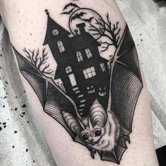 Tatuaje de halloween, casa embrujada con murciélago en blanco y negro
