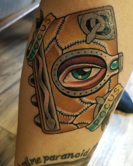Tatuaje inspirado en el libro de Hocus Pocus