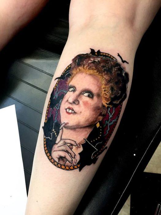 Tatuaje en una pierna con el rostro de Sarah Sanderson en Hocus Pocus