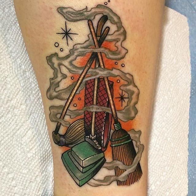Tatuaje con escobas, aspiradoras inspirados en Hocus Pocus