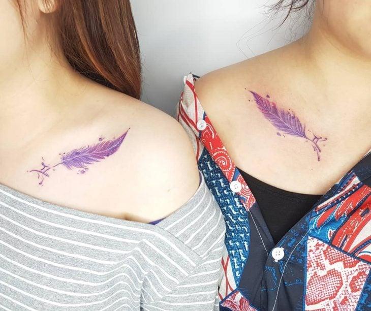 Tatuaje de pluma color violeta