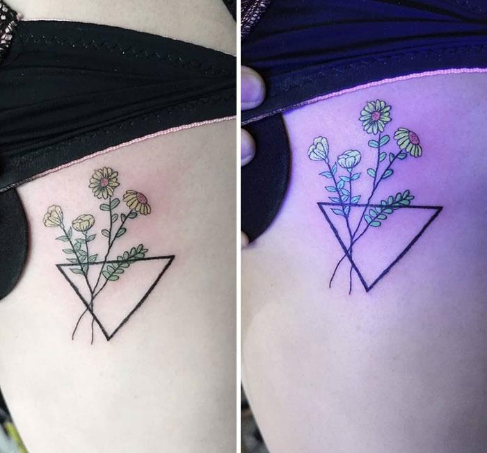 Tatuaje de rosas con efecto ultravioleta en un florero triangular