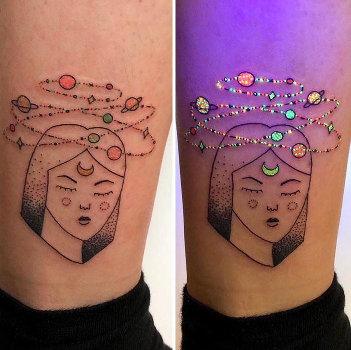 Tatuaje con el rostro de una mujer y el sistema solar sobre su cabeza con efecto ultravioleta