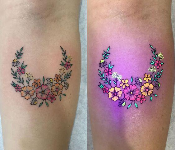 Tatuaje con guirnalda de flores a media luna con efecto ultravioleta