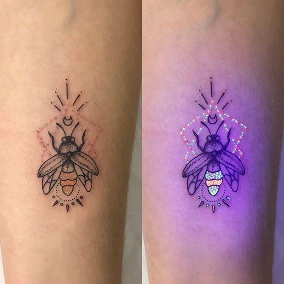 Tatuaje de luciérnaga con efecto ultravioleta