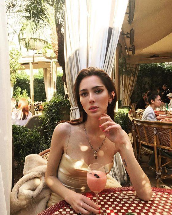 Teddy Quinlivan es la primera modelo transgénero de Chanel, sentada bebiendo un licuado de fresa
