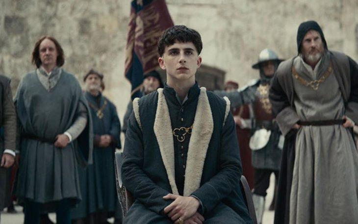 Timothée Chalamte como el rey Enrique V de Inglaterra, Hal.