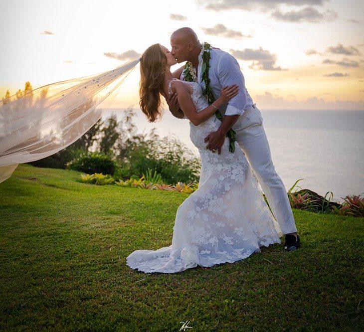 Dwayne Johnson besando a Lauren el día de su boda mientras está de fondo la puesta de sol