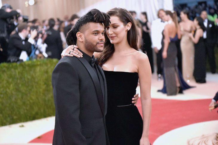The Weeknd y Bella Hadid en alfombra roja vestidos de negro y abrrazados