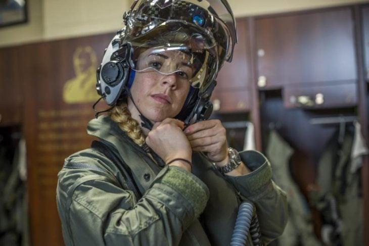 Capitana Anneliese Satz ajustándose el casco para pilotar