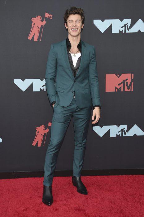 Shawn Mendesusando un traje de color verde en la alfombra de los premios MTV 2019