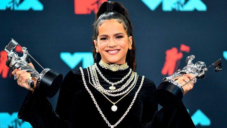 Rosalía sosteniendo en sus manos los premios MTV Video Music Awards 2019
