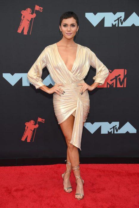 Alison Stonerusando un vestido dorado en la alfombra roja de los premios MTV 2019
