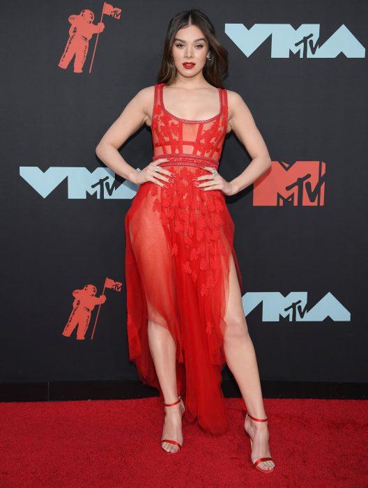 Hailee Steinfeldusando un vestido rojo en la alfombra roja de los premios MTV 2019