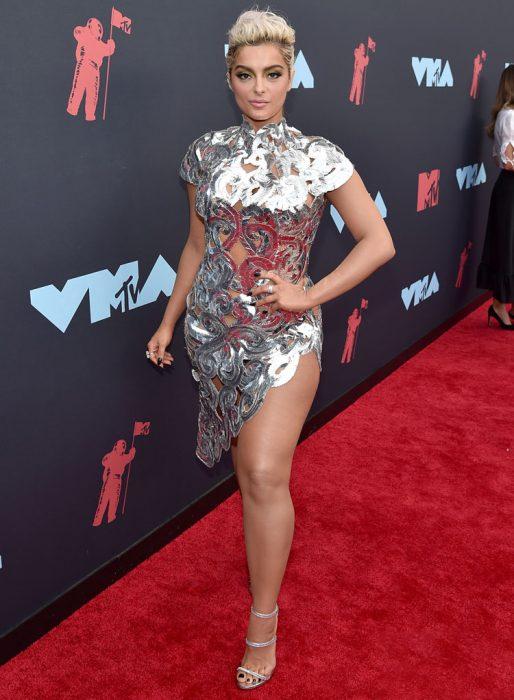 Bebe Rexha usando un vestido de color plateado en la alfombra roja de los premios MTV 2019