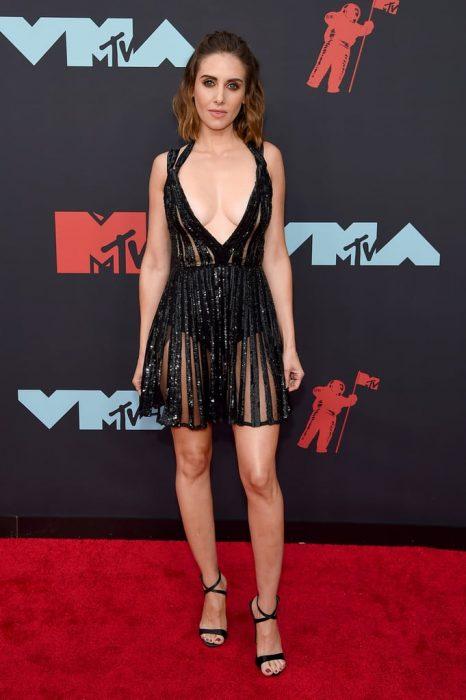 Alison Brieusando un vestido negro de lentejuelas en la alfombra roja de los premios MTV 2019