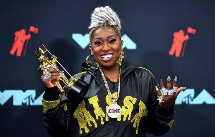 Missy Elliott besando su premio MTV Vanguard 2019