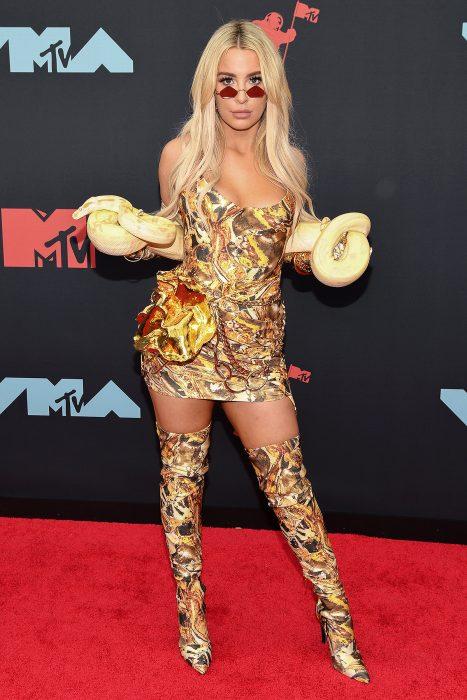 Tana Mongeau sosteniendo una víbora en los MTV music 2019