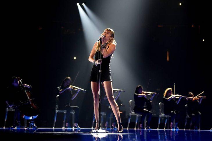 Miley Cyrus interpretando slide away en la gala de los MTV Video Music Awards 2019