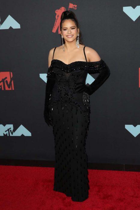 Rosalía usando un vestido negro para la gala de los premios MTV 2019