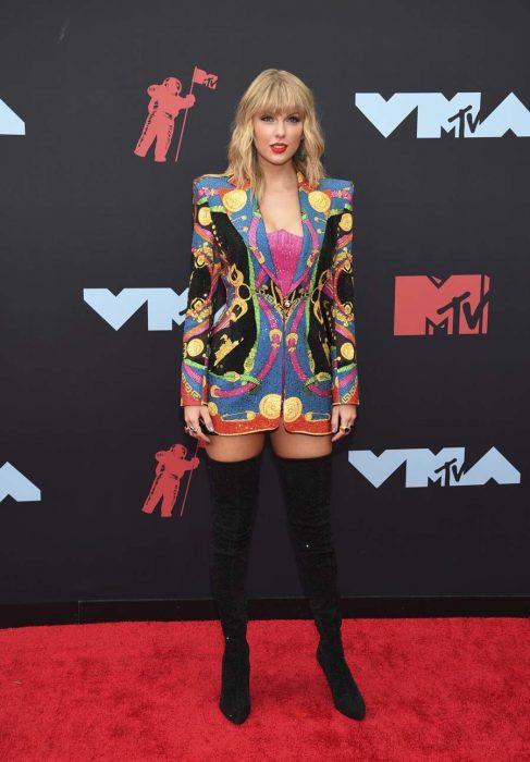 Taylor Swiftposando en la alfombra roja de los MTV 2019
