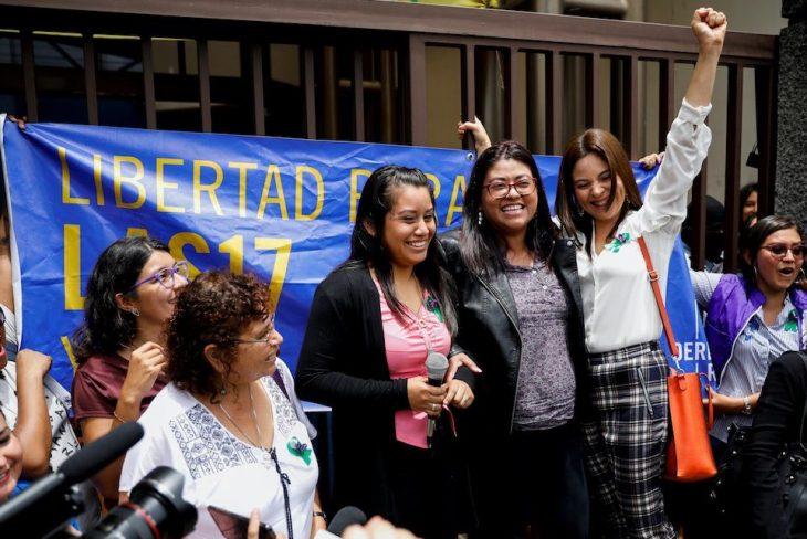 Después de escuchar su sentencia absolutoria Evely Hernández se reúne con grupos feministas que la apoyaron
