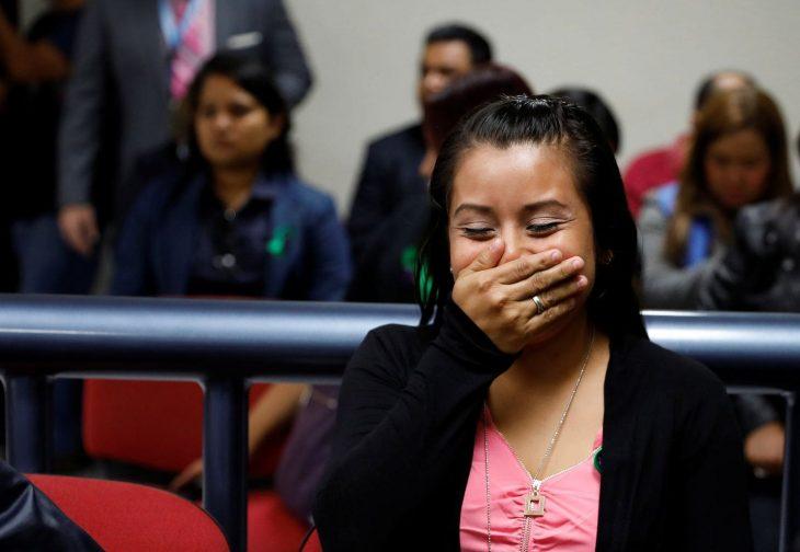 Evelyn Hernández se cubre la boca feliz al escuchar que es absuelta en El Salvador