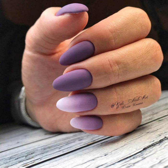 Uñas de color rosa con degradado a morado